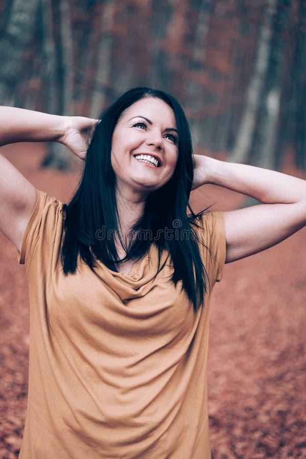 Młody Europejski kobiety jesieni portret z udziałami ulistnienie fotografia stock
