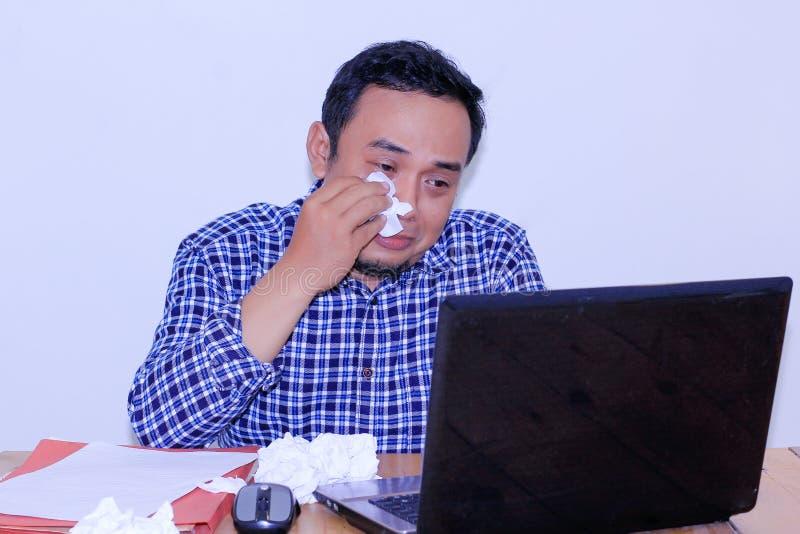 młody facet płacze wycierający oddalonych łez Smutnego mężczyzny przed laptopu pojęciem fotografia stock