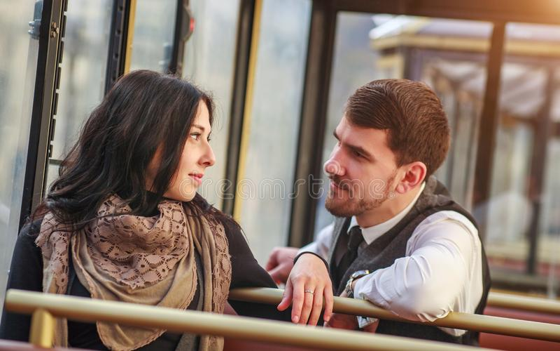 Młody facet spotyka i opowiada dziewczyna w tramwajowej transport publiczny kabinie zdjęcia royalty free