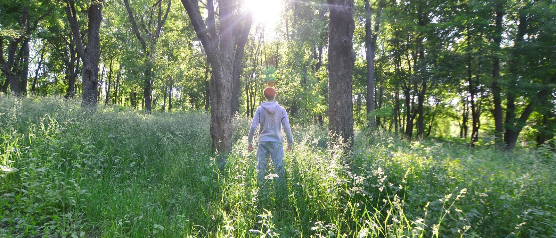 Młody facet w szarości bawi się kostiumów stojaki naprzeciw słońca wśród zdjęcie royalty free