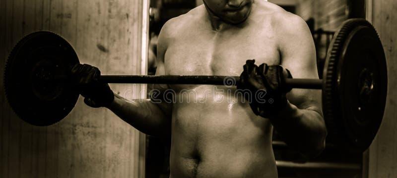 Młody facet z mięśniowym ciałem z barbell obraz stock
