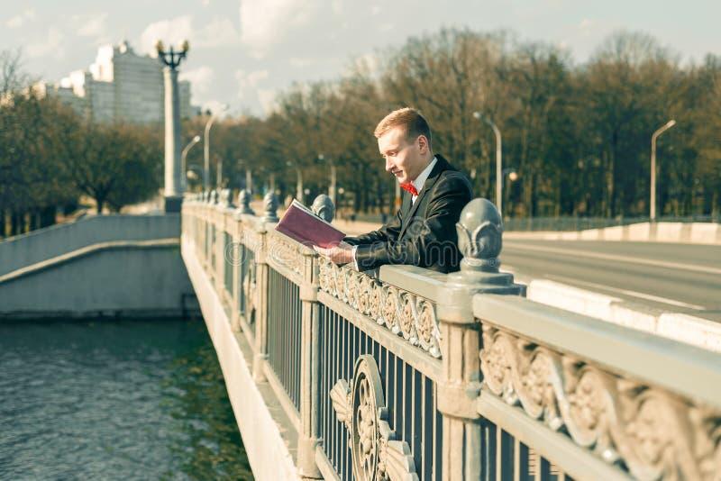 Młody faceta czytanie na moście fotografia stock