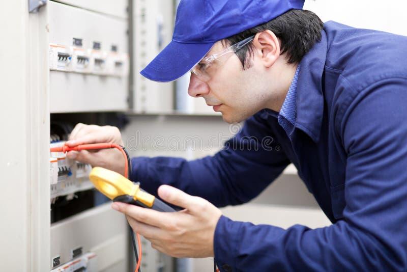 Młody fachowy elektryk przy pracą zdjęcia stock