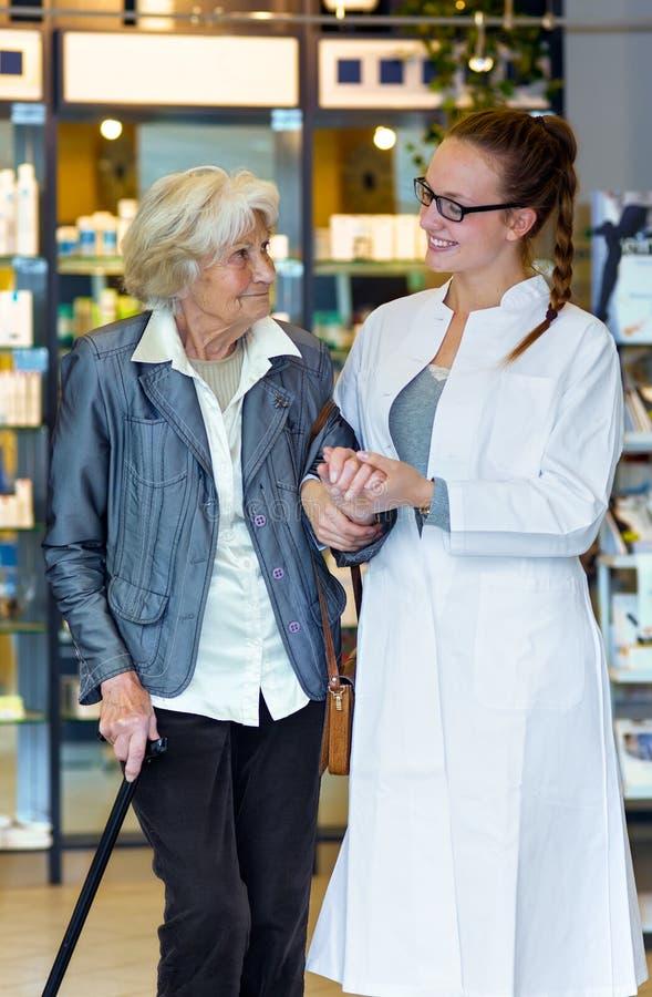 Młody farmaceuty i seniora pacjent zdjęcie royalty free
