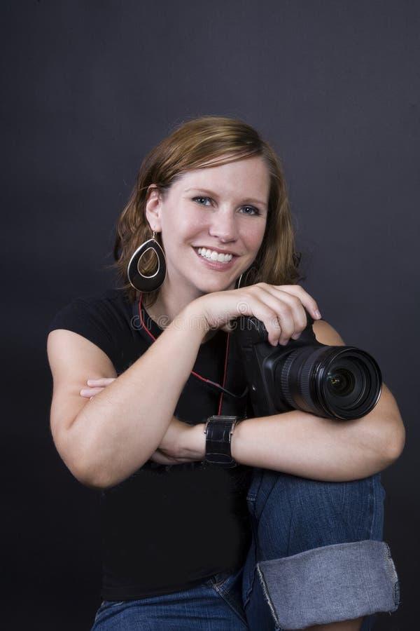 Młody fotograf w studiu obraz stock