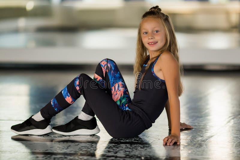 Młody gimnastyk w czarnym leotard patrzy na kamerę Tańcząca dziewczyna — współczesna choreografia Hip Hop Girl zdjęcie stock