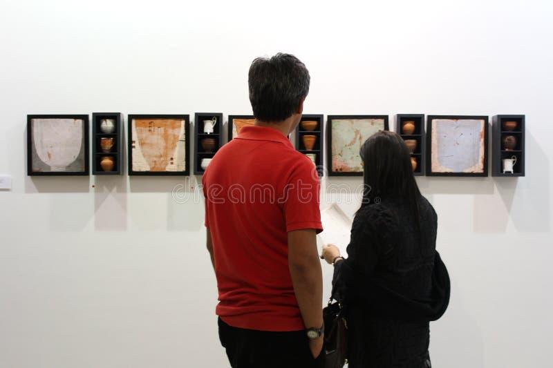 Młody gość przy sztuki wystawą zdjęcie stock