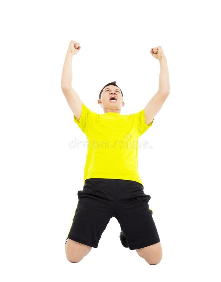 Młody gracz piłki nożnej podnosić ręki świętować zwycięzcy obrazy royalty free