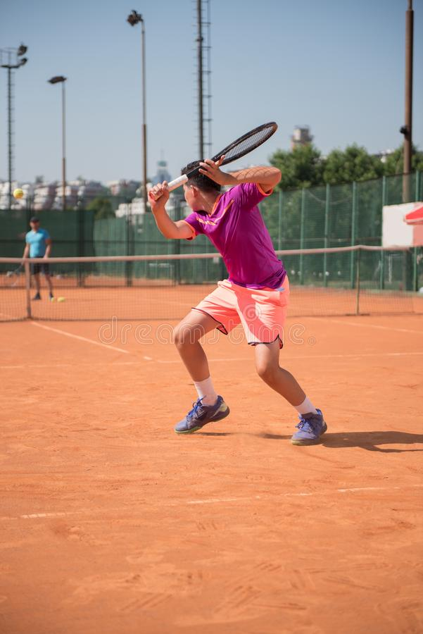 Młody gracz w tenisa przygotowywa dla bawić się backhand zdjęcie stock
