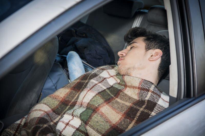 Młody handosme mężczyzna dosypianie w jego samochodzie fotografia royalty free