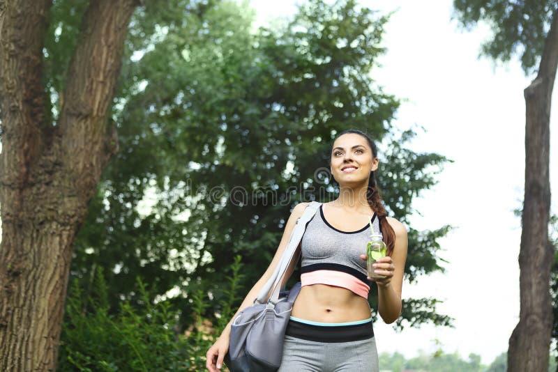Młody happpy kobiety odprowadzenie w parku po sport aktywności zdjęcie stock