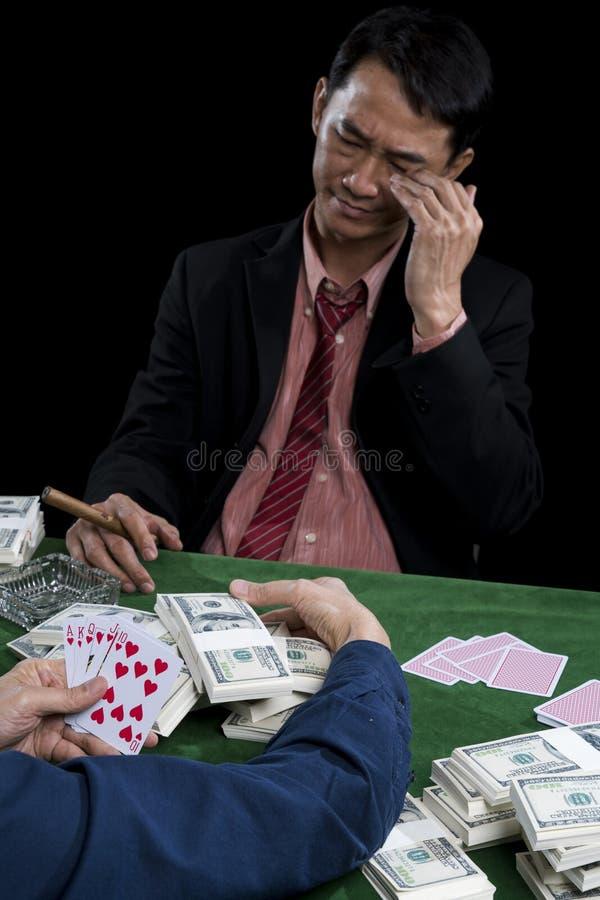 Młody hazardzista stresuje się gdy zawodnik zbierał stos obraz royalty free
