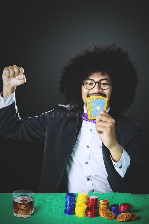 Młody hazardzista wygrywa uprawiać hazard zdjęcie royalty free