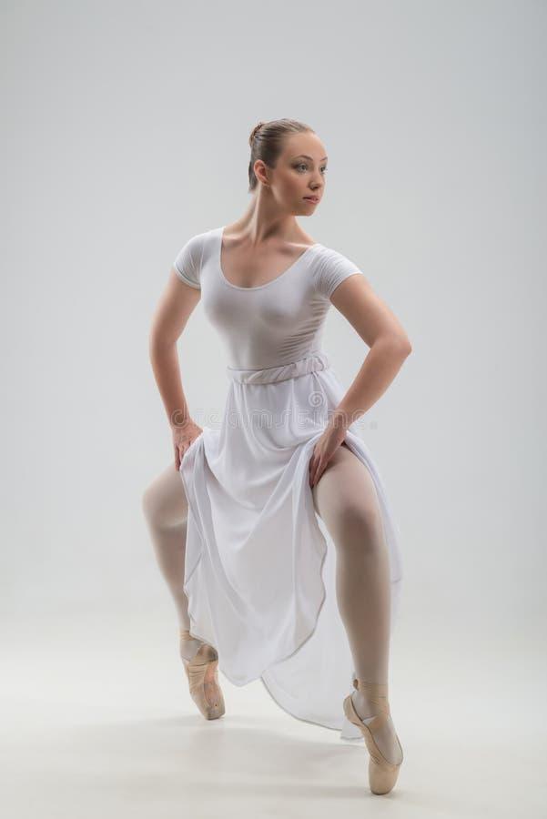 Młody i piękny baletniczego tancerza pozować odizolowywam zdjęcia royalty free