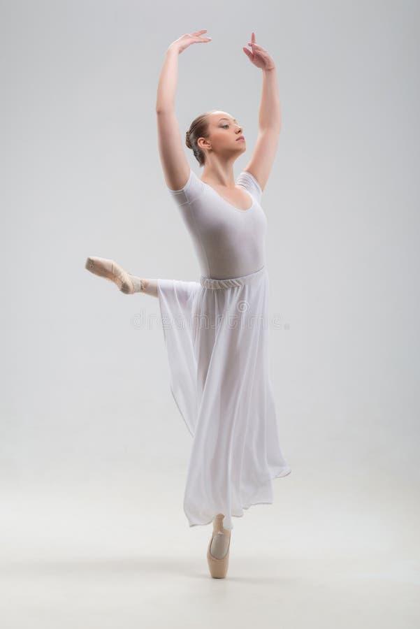 Młody i piękny baletniczego tancerza pozować odizolowywam obrazy royalty free
