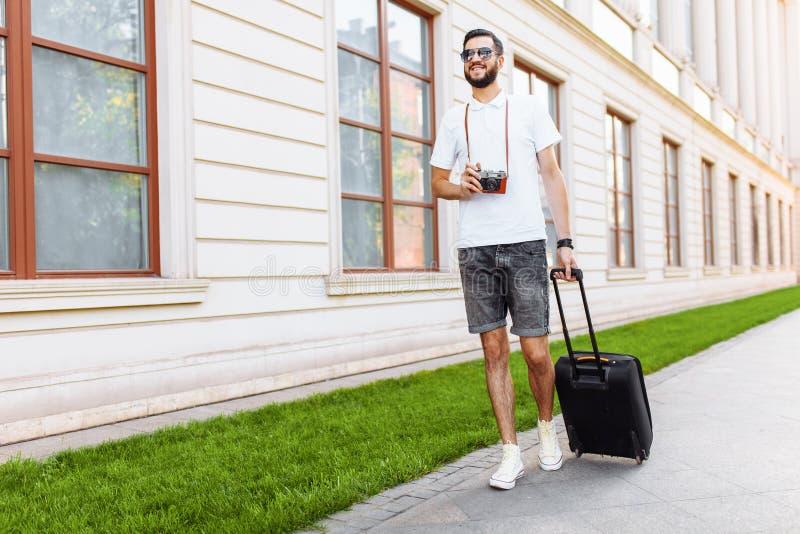 Młody i przystojny mężczyzna turysta z brodą, chodzi wokoło zdjęcie royalty free