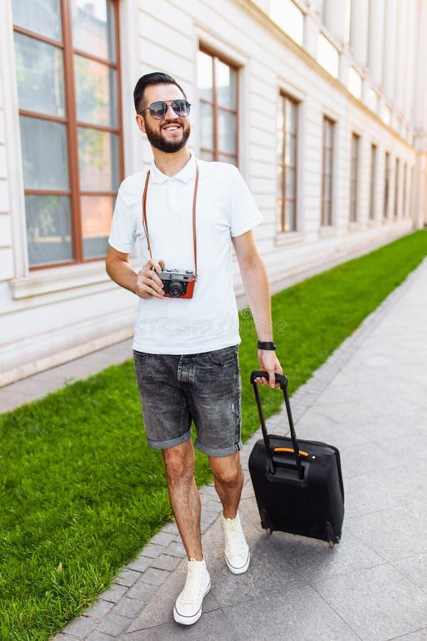 Młody i przystojny mężczyzna turysta z brodą, chodzi wokoło fotografia stock