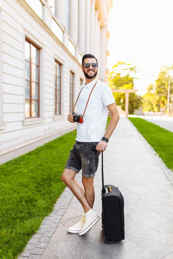 Młody i przystojny mężczyzna turysta z brodą, chodzi wokoło obrazy stock