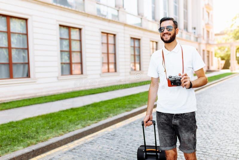 Młody i przystojny mężczyzna turysta z brodą, chodzi wokoło zdjęcia royalty free