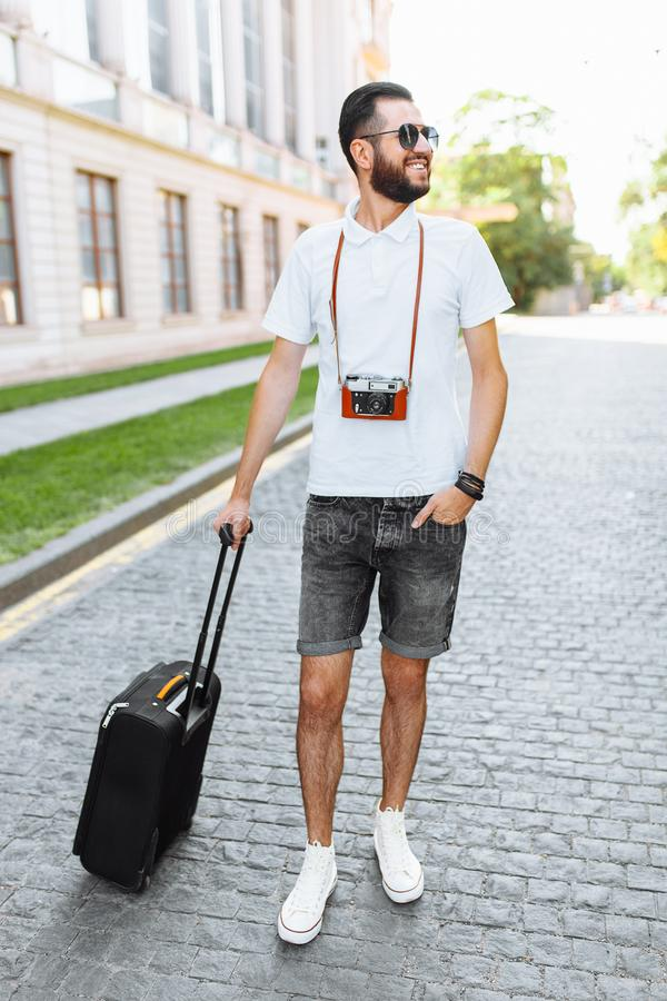 Młody i przystojny mężczyzna turysta z brodą, chodzi wokoło obraz royalty free