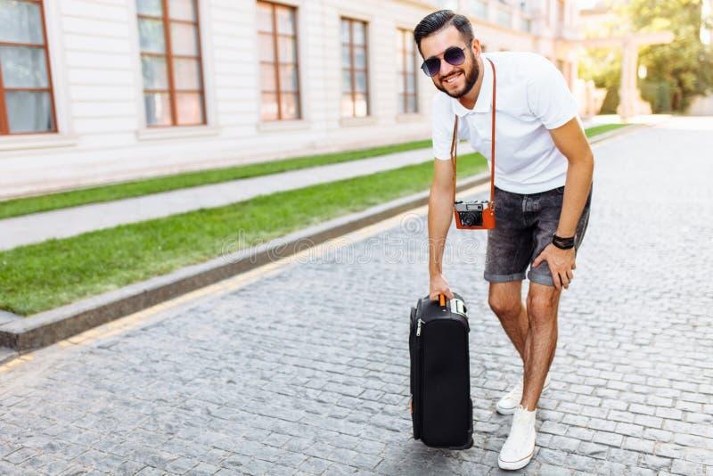 Młody i przystojny mężczyzna turysta z brodą, chodzi wokoło obrazy royalty free
