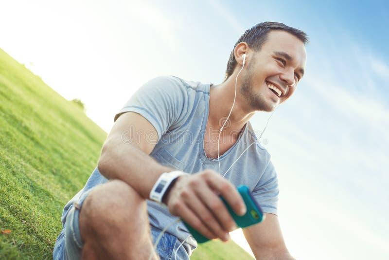 Młody i przystojny mężczyzna z mobilnym smartphone obrazy stock
