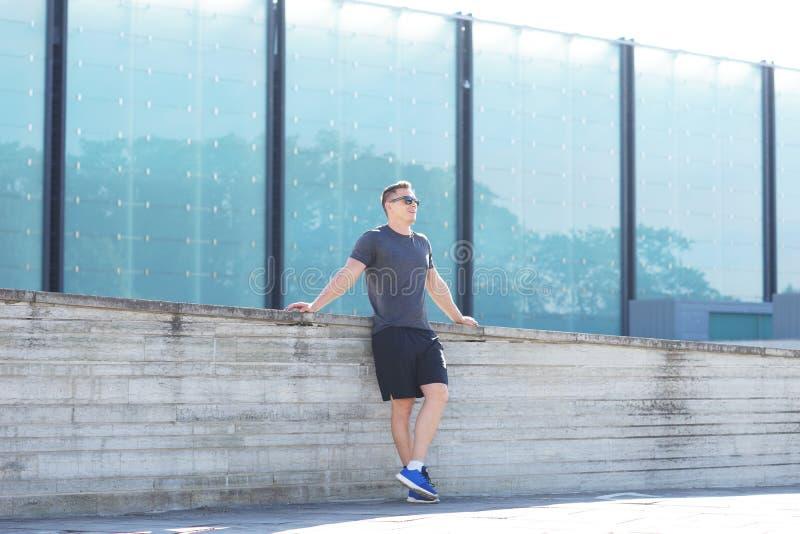 Młody i sporty mężczyzna trenować plenerowy w sportswear Sport, zdrowie, miastowe atletyka obraz royalty free
