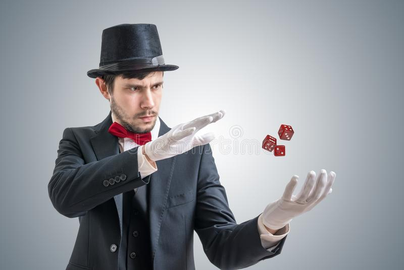 Młody iluzjonista lub magik pokazujemy magiczną sztuczkę z levitating kostka do gry zdjęcie royalty free