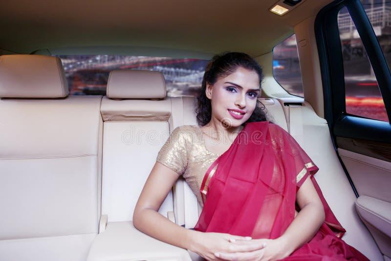Młody Indiański kobiety obsiadanie w samochodzie obrazy stock