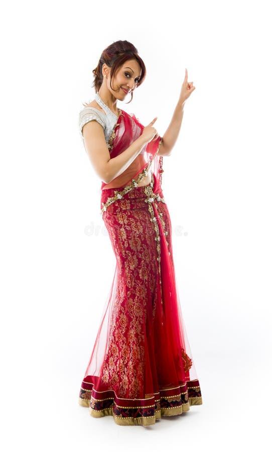Download Młody Indiański Kobiety Wskazywać Oddolny I Uśmiechnięty Zdjęcie Stock - Obraz złożonej z facial, kolor: 41951732