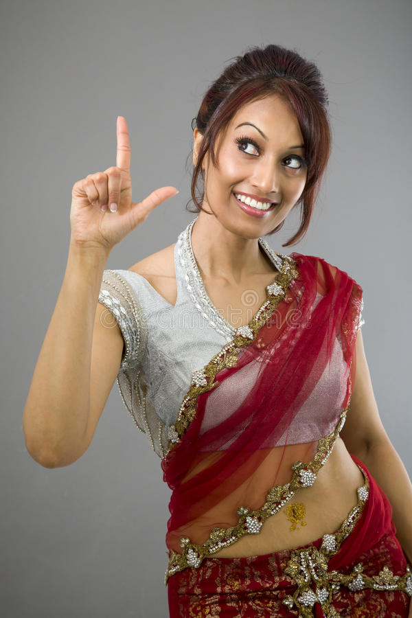 Download Młody Indiański Kobiety Wskazywać Oddolny I Uśmiechnięty Obraz Stock - Obraz złożonej z kontemplacja, kolor: 41951783