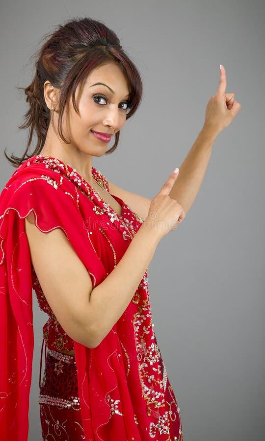 Download Młody Indiański Kobiety Wskazywać Oddolny I Uśmiechnięty Obraz Stock - Obraz złożonej z hairball, komunikacja: 41952189