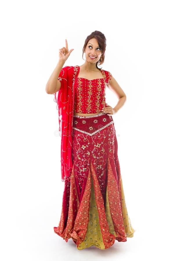 Download Młody Indiański Kobiety Wskazywać Oddolny I Uśmiechnięty Zdjęcie Stock - Obraz złożonej z ręka, znak: 41952330