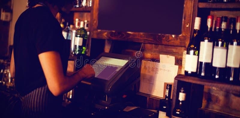Młody kelner używa maszynę fotografia royalty free