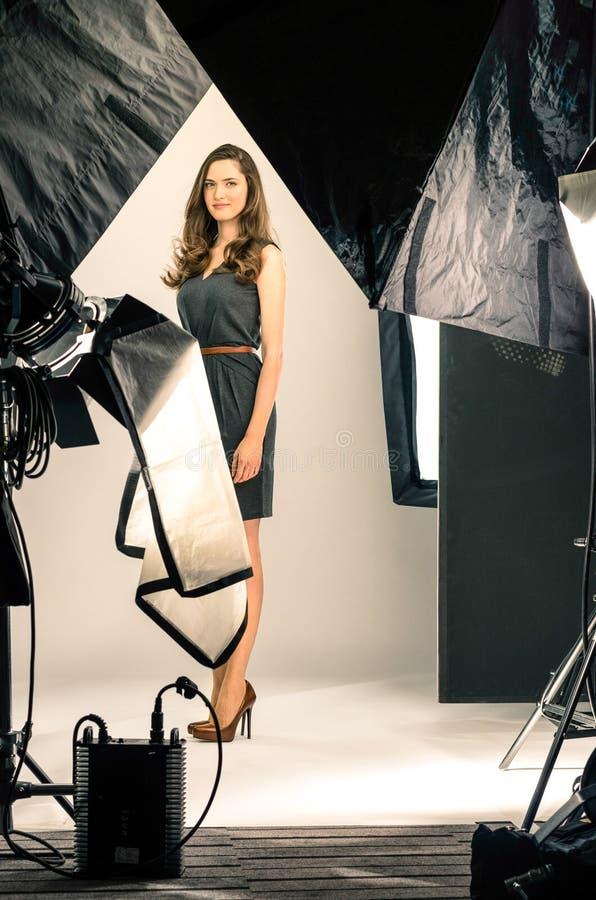 Młody kobieta model przy fotografii strzelaniną fotografia royalty free