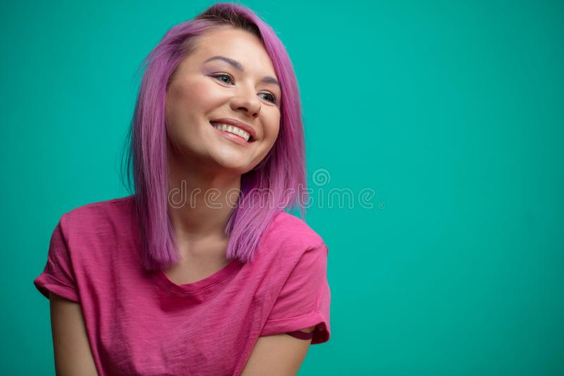 Młody kobieta model z różowym włosy czuje radość, ono uśmiecha się szeroko, fotografia stock