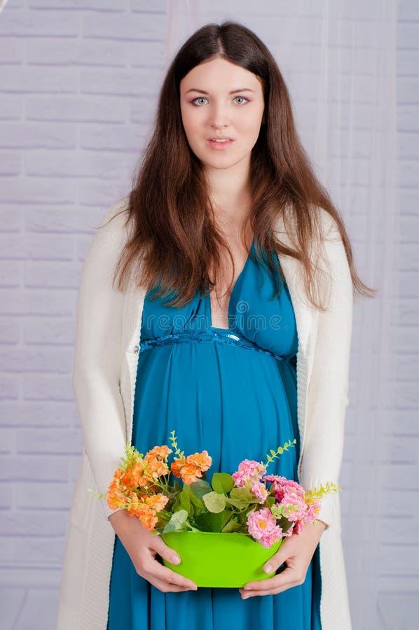 Młody kobieta w ciąży w turkusowej sukni fotografia royalty free