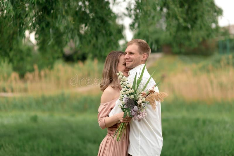 Młody kochający pary przytulenie, taniec na zielonej trawie na gazonie i Piękny i szczęśliwy dotyk kobiety i mężczyzny delikatnie zdjęcie royalty free