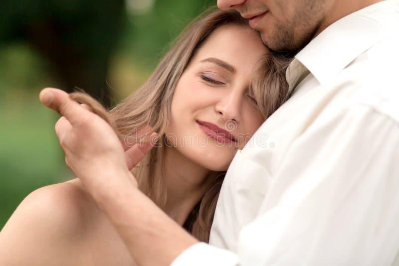 Młody kochający pary przytulenie, taniec na zielonej trawie na gazonie i Piękny i szczęśliwy dotyk kobiety i mężczyzny delikatnie zdjęcia royalty free