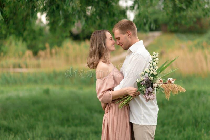 Młody kochający pary przytulenie, taniec na zielonej trawie na gazonie i Piękny i szczęśliwy dotyk kobiety i mężczyzny delikatnie fotografia stock