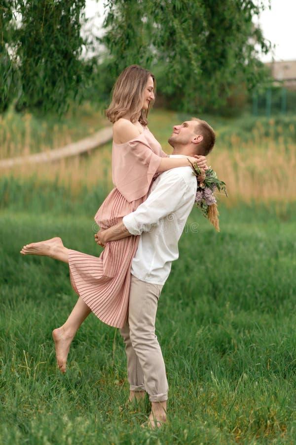 Młody kochający pary przytulenie, taniec na zielonej trawie na gazonie i Piękny i szczęśliwy dotyk kobiety i mężczyzny delikatnie fotografia royalty free