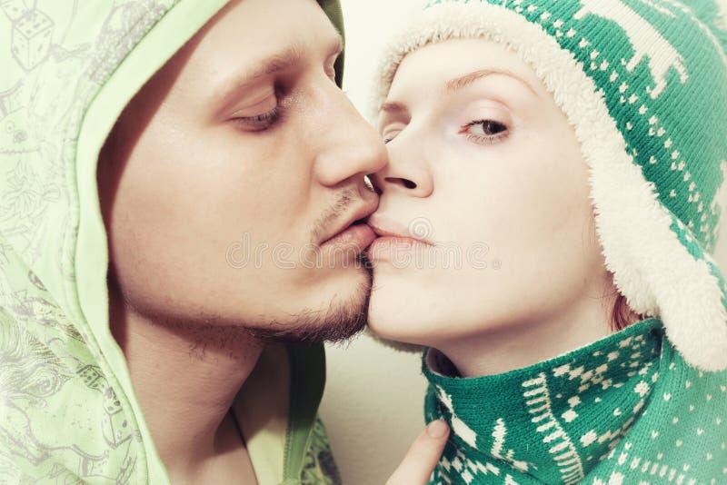 Młody kochanków całować obraz royalty free