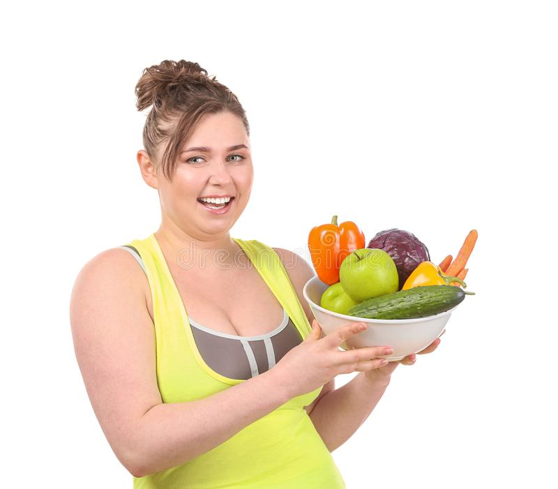 Młody korpulentny kobiety mienia puchar z warzywami na białym tle Diety jedzenia poj?cie obrazy stock