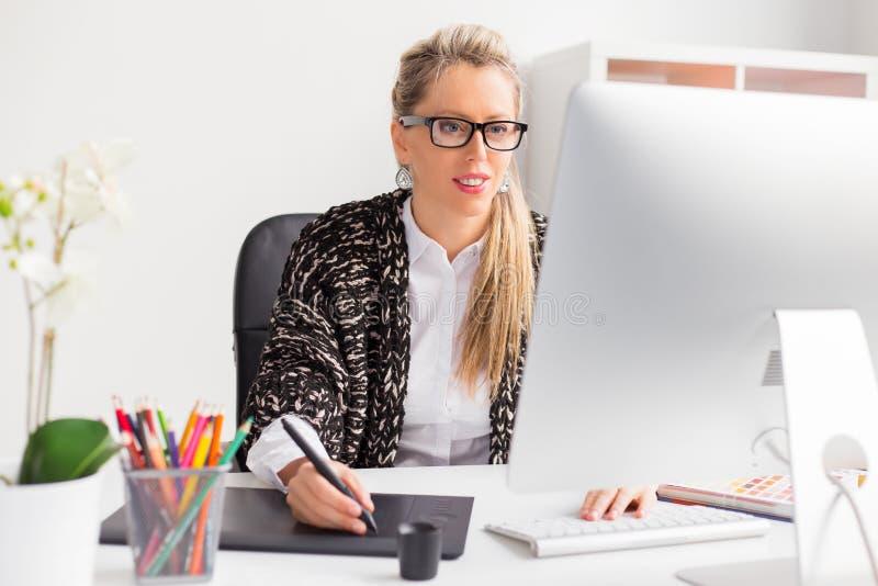 Młody kreatywnie projektant grafik komputerowych zdjęcie stock