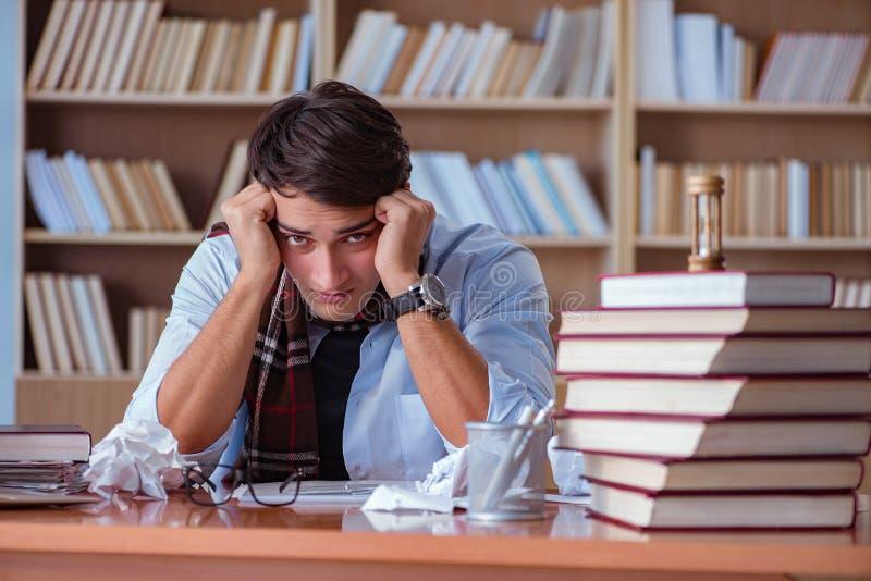 Młody książkowy pisarski writing w bibliotece obrazy royalty free