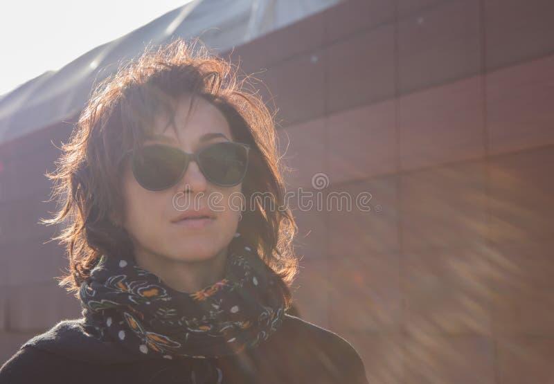 Młody ladyin zimny dzień w słońce promieniach przy zmierzchem obraz royalty free