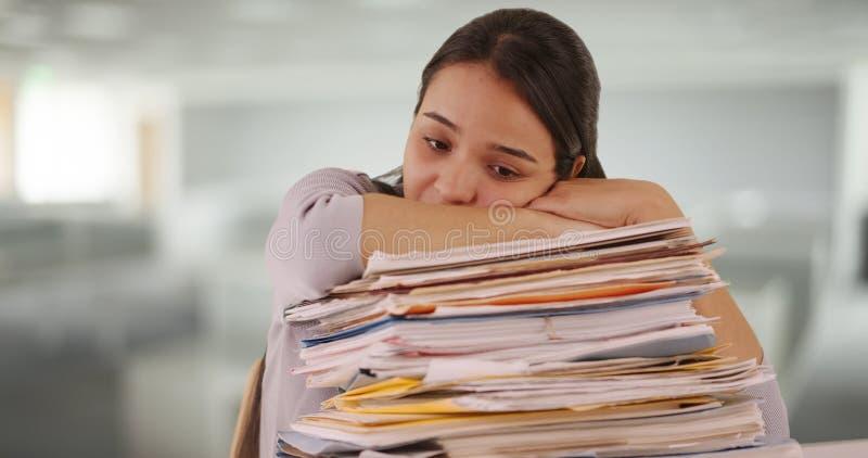 Młody latynoski pracownik deprymujący przy pracą zdjęcia stock