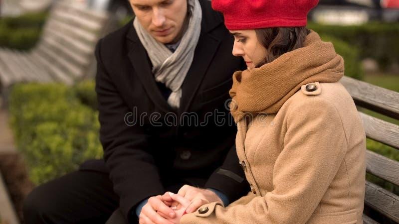 Młody mąż wspiera jego ukochanej żony, zdrowie i psychologicznych problemów, obrazy stock