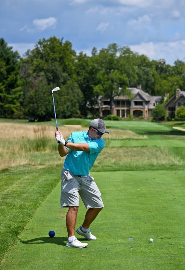 Młody mężczyzna gra rundę golfową fotografia royalty free
