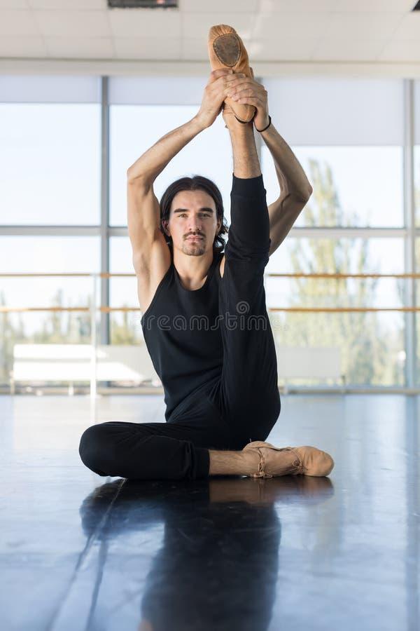 Młody Męski Baletniczy tancerz Siedzi Na Podłogowym rozciąganiu, mężczyzna Ćwiczyć zdjęcia royalty free